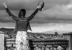 Туристская женщина перед панорамой города ликования Барселоны стоковые изображения