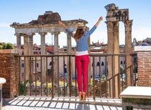 Туристская женщина перед римским форумом в ликование Риме, Италии стоковые фотографии rf
