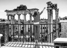Туристская женщина перед римским форумом в ликование Риме, Италии стоковая фотография