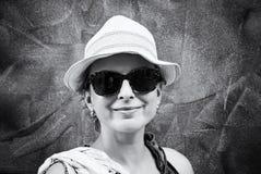Туристская женщина представляя в старом городке Rovinj, бесцветном стоковые фото