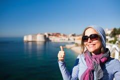 Туристская женщина против Дубровника стоковое изображение rf
