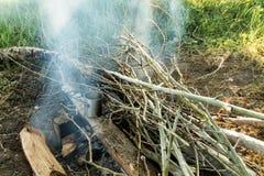 Туристская кружка на огне Делать кофе утра в кампании стоковое фото rf