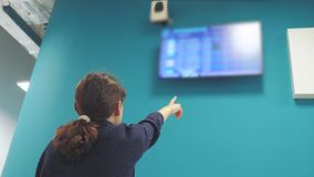 Туристская маленькая девочка предназначенная для подростков наблюдающ расписание полетов ее отклонения аэропорт Смотреть доску ин акции видеоматериалы