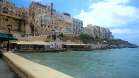 Туристская прогулка в курорте Xlendi, острове Gozo, Мальте видеоматериал