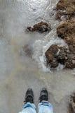 Туристская стойка на замороженном пруде в зиме в zero пункте на Lachung Северный Сикким, Индия Стоковая Фотография RF
