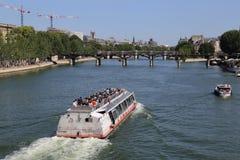 Туристская шлюпка на Сене в Париже, Франции Стоковые Изображения
