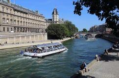 Туристская шлюпка на Сене в Париже, Франции Стоковое Изображение