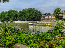 Туристская шлюпка в реке Темзе Стоковая Фотография RF