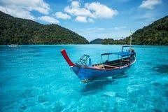 Туристская шлюпка длинного хвоста на море на острове Surin Стоковая Фотография RF