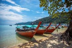 Туристская шлюпка длинного хвоста на пляже на острове Surin, Стоковые Изображения