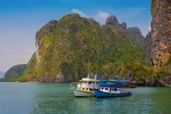Туристская шлюпка на в Паттайя, Таиланде с флагом Стоковые Изображения RF