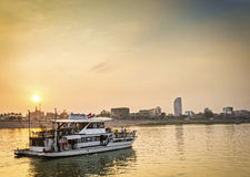 Туристская шлюпка на круизе захода солнца в реке Пномпень Камбоджи стоковые фотографии rf