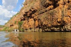 Туристская шлюпка на реке в ущелье Катрина в северных территориях Австралии Стоковые Изображения RF