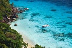 Туристская шлюпка скорости в тропическом пляже острова Стоковое Фото
