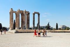 Туристские близко руины виска Зевса в Афинах Стоковая Фотография