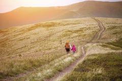 Туристские девушки на горах Стоковая Фотография