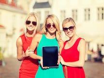 Туристские девушки с ПК таблетки Стоковые Фотографии RF