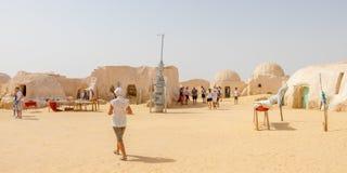 Туристские и старые Звездные войны установили в пустыню Сахары около города Tozeur, Туниса, Африки стоковое изображение rf