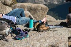 Туристские люди отдыхая в лагере и сушат ботинки после горы в национальном парке yosemite Стоковая Фотография RF