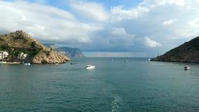 Туристские моторные лодки плавают в залив видеоматериал