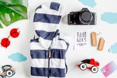 Туристские обмундирование, одежды и камера для отключения с взгляд сверху предпосылки детей белым стоковые изображения rf