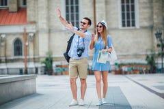 Туристские пары в влюбленности наслаждаясь городом sightseeing стоковые фотографии rf