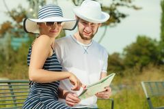 Туристские пары в городе смотря вверх направления на карте Стоковое Изображение RF