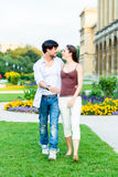 Туристские пары в идти города Стоковые Изображения
