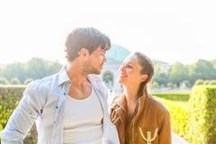Туристские пары в идти парка города Стоковое Изображение