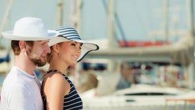 Туристские пары в Марине против яхт в порте Стоковое Изображение RF