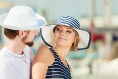 Туристские пары в Марине против яхт в порте Стоковое Изображение