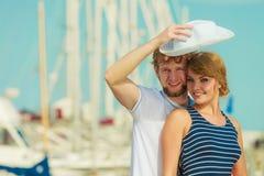 Туристские пары в Марине против яхт в порте Стоковая Фотография