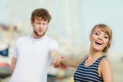 Туристские пары в Марине против яхт в порте Стоковые Фото