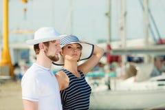 Туристские пары в Марине против яхт в порте Стоковые Фотографии RF