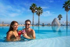 Туристские пары имея ванну в пейзажном бассейне Стоковое Фото