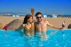 Туристские пары имея ванну в пейзажном бассейне Стоковые Фотографии RF