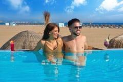 Туристские пары имея ванну в пейзажном бассейне Стоковая Фотография RF