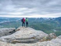 Туристские пары на верхней части горы стоковые изображения rf