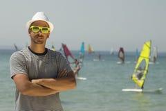 Туристские портрет и windsurfers парня на заднем плане на пляже Стоковое Изображение
