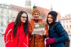 Туристские друзья ища для направлений Стоковое Фото