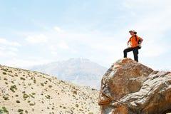Туристские руки hiker вверх на верхней части горы Стоковые Изображения RF