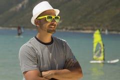 Туристские серферы портрета и ветра парня на заднем плане на пляже Стоковое Изображение