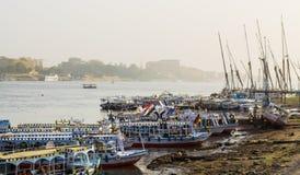 Туристские шлюпки на пристани на восточном банке Нила, Египта стоковая фотография