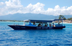 Туристские шлюпки в океане Стоковые Изображения RF