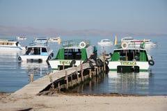 Туристские шлюпки на койке на озере Titicaca стоковое фото rf