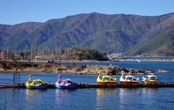 Туристские шлюпки на озере в Kawaguchiko, Японии Стоковое Фото