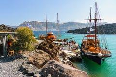 Туристские шлюпки excoursion на малом порте на вулкане острова Santorini, Греции стоковое изображение rf