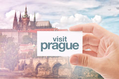 Туристский агент с карточкой Праги посещения Стоковое Фото