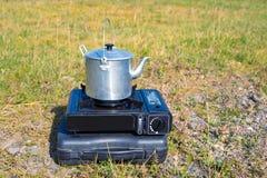 Туристский алюминиевый чайник на газовой плите Стоковое Изображение