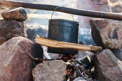 Туристский бак над огнем стоковое фото rf